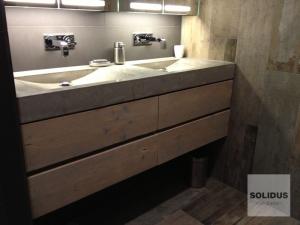 lavabo van beton met steigerhouten lades